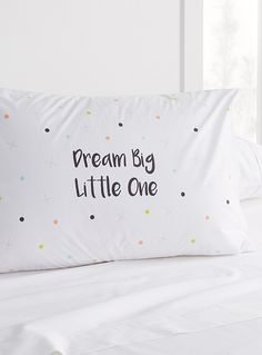 Exclusivité Simons Maison     Une taie pour faire de beaux rêves avec son message inscrit parmi une pluie de pois colorés   Mélange coton-polyester durable   Format standard