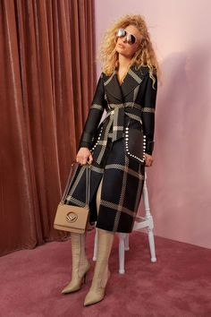 Fendi Resort 2018 Collection Photos - Vogue - we love this gorgeous check trench coat Fashion 2018, Fashion Week, Runway Fashion, High Fashion, Fashion Looks, Fashion Outfits, Womens Fashion, Fashion Trends, Fendi