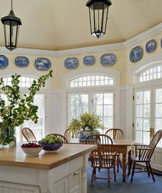 Cherry wood, white trim, blue and white dishes and yellow walls--such a lovely color scheme! Also this would be great for displaying my grandmother's blue-and-white Danish plates. Blue Willow China, Blue And White China, Blue Yellow, Blue Ivory, Blue Willow Decor, Color Yellow, Yellow Kitchen Decor, Kitchen Colors, Kitchen White