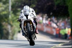 """Michael Dunlop holt auf BMW S 100 RR den Sieg bei der """"Isle of Man TT"""" für sein Superbike-Team BMW/Hawk."""