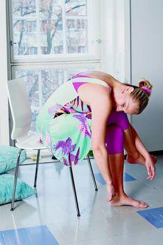 b) Jatka liikettä viemällä uloshengityksellä oikea jalka vasemman yli. Anna ylävartalon taipua reisille. Kädet roikkuvat rennosti kohti lattiaa. Toista liikesarjaa 6–10 kertaa vaihtaen välillä jalkaa. Liike avaa rintakehää ja vapauttaa keuhkot kireiden lihasten puristuksesta. Hengitys kulkee paremmin, ja verenkierto paranee. Liike hieroo myös sisäelimiä ja venyttää selkälihaksia. Tuolin selkänoja manipuloi rintarankaa.
