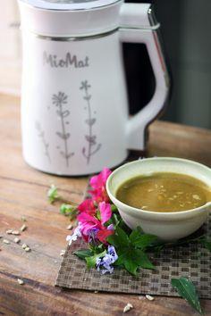 Sopa y Crema: Cómo hacer sopa con la MioMat?  Vierta todos los ingredientes con sal y pimienta dentro de la máquina.  Agregue agua potable entre las dos líneas que marcan el nivel mínimo y máximo de agua. Pulse el botón ''Cremas / Sopas'' y deje que la máquina termine sola el proceso.  La máquina pitará después de 25 minutos para avisar que la sopa está preparada y lista para consumir. Al final agregar aceite de oliva u otro alimentos para decorar. Kettle, Chile, Kitchen Appliances, Tableware, Salt N Pepa, Olive Oil, How To Make, Soups, Drinking Water