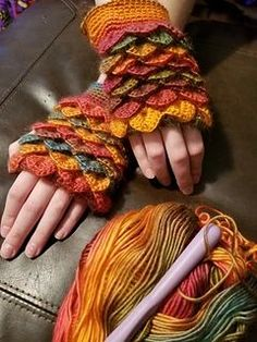 Dragon Scale Fingerless Gloves pattern by Knotty crochet lady – armstulpen stricken Fingerless Gloves Crochet Pattern, Crochet Mittens, Knitted Gloves, Crochet Slippers, Mittens Pattern, Fingerless Mittens, Knit Socks, Crochet Poncho, Crochet Granny