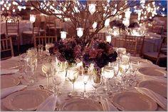 Essa decoração é simplesmente linda! Os galhos de árvores com velas penduradas são um charme e transforma o ambiente em um lugar mágico!