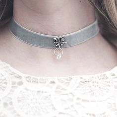 Kühler Trendschmuck für die Braut, Brautjungfern oder wenn zu einer Hochzeit eingeladen ist und als Gast dabei ist - dieses Halsband wurde handgefertigt und schmückt deinen Hals. #trend #choker #kette #etsy #handgefertigt #braut #hochzeit #heiraten #liebe #schmuck #etsyde #fashion #feiertdieliebe