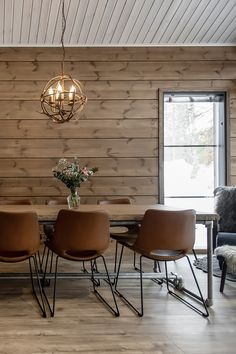 Breathing is easy – this is the atmospheric log cabin home loved by Ellinor and Adrian - Honka Cabin Interiors, Dark Interiors, Cabin Homes, Log Homes, Interior Wall Colors, Interior Design, Zen Room Decor, Home Decor, Home Room Design