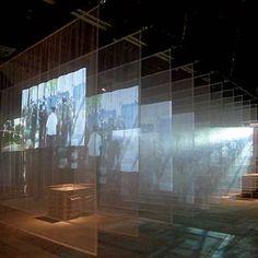 O aspecto etéreo da mostra da Croácia, com projeções audiovisuais em tecidos, serve de meio à denúncia ácida do grupo de arquitetos Pula Group sobre a natureza comum das opressões espaciais e sociais na cidade