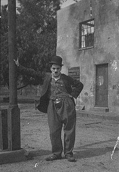 """Charles Chaplin in der Rolle des """"Tramp"""", um 1918; Urheber: Charles C. Zoller (1854–1934); Quelle: Wikipedia bzw. Wikimedia Commons von """"George Eastman House Publishing Trust"""". Diese Bild- oder Mediendatei ist gemeinfrei, weil ihre urheberrechtliche Schutzfrist abgelaufen ist. Dies gilt für die Europäische Union, die Vereinigten Staaten, Australien und alle weiteren Staaten mit einer gesetzlichen Schutzfrist von 70Jahren nach dem Tod des Urhebers."""