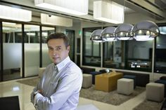 Headhunter Christopher Thölixillä on parhaillaan päällä neljä suorahakua: hän etsii johtajia yhteen Suomen suurimmista pörssiyhtiöistä, yhteen perheyritykseen sekä kahteen pääomasijoittajan omistamaan firmaan.