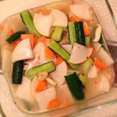 今回は、人気の韓国料理「水キムチ」の作り方をご紹介!白菜やきゅうりを使った簡単基本レシピや、お米のとぎ汁を使ったヘルシーレシピ、また漬け汁を使って作るアレンジレシピなどもまとめたので、ぜひ参考にしてみてくださいね! (2ページ目) Yummy Snacks, Vegetable Recipes, Asian Recipes, Pickles, Cantaloupe, Food And Drink, Appetizers, Vegetarian, Salad