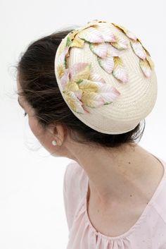 Lismore - Cream Pillbox Hat with detail of Golden and Pink leaves  Lismore - Tocado Pillbox Crema con detalle de hojas doradas y rosas, estilo Jackie Kennedy