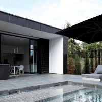 Swimming Pool Design Ideas is based on what can be done with the space in the backyard or garden. A backyard that is too big can be cramped; backyard big Beautiful Minimalist Swimming Pool Design Ideas In Backyard on Small Space on Budget Swimming Pool House, Swimming Pool Tiles, Swimming Pool Designs, Swimming Pool Steps, Pool Paving, Moderne Pools, Beautiful Pools, Outdoor Pool, Pool Backyard