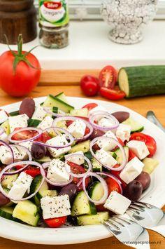 Griekse salade - Simpele maar smaakvol zomerse salade van tomaat, komkommer, zwarte olijven, rode ui en feta. Met vers brood erbij ook lekker als lunch. Easy Smoothie Recipes, Easy Smoothies, Good Healthy Recipes, Salad Recipes, Healthy Snacks, Coconut Recipes, Greek Recipes, Feta, Healthy Slow Cooker