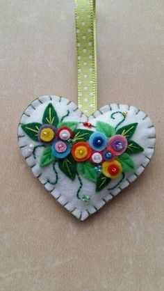 llaveros The post - Adventskalender Basteln Felt Christmas Decorations, Felt Christmas Ornaments, Christmas Crafts, Felt Embroidery, Felt Applique, Fabric Hearts, Heart Crafts, Felt Brooch, Felt Patterns
