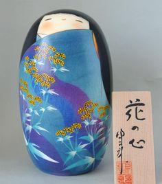 US84 azul de Kokeshi muñeca flor