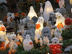 Halloween Decorations For Kids, Hallowen Ideas, Whimsical Halloween, Retro Halloween, Halloween Displays, Halloween Images, Spooky Halloween, Happy Halloween, Halloween Outside