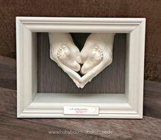 """""""Herzlich willkommen, kleines Baby"""" - Familien 3D Gipsabdruck von Elternhänden und Babyfüßchen im Objektrahmen mit Gravurschild. Emotionen pur, bewahrt für die Ewigkeit! By Julia Schulze, Erfurt - www.babybauch-abdruecke.de"""