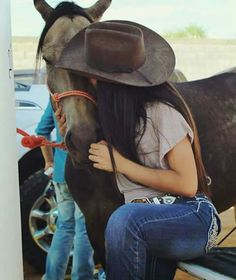 An exchange of love Cowgirl And Horse, Cowgirl Hats, Cowgirl Outfits, Cowgirl Style, Cute N Country, Country Women, Country Girls, Vaquera Sexy, Estilo Cowgirl