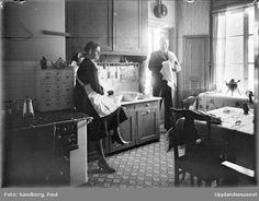 Kvinna och man i kök, sannolikt Uppsala 1933
