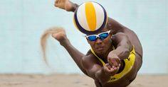 Las arenas de Copacabana albergan hoy y mañana los torneos de voleibol de playa, lo más carioca que puede haber. ¿Te animas a practicarlo con tus amigos? Ten a mano un gel analgésico y antiinflamatorio: las torceduras y esguinces son habituales, aunque menos frecuentes en voleibol de playa que en pista. En nuestro blog encontrarás algunas claves para identificar torceduras y recomendaciones para aliviar el dolor. Fuente de la imagen:https://www.rio2016.com/es/voleibol-deplaya