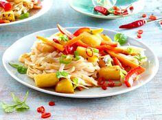 Unser beliebtes Rezept für Ananasgemüse mit Reisnudeln und Chili und mehr als…