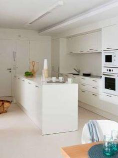 Todo en blanco en esta cocina con revestimiento en el suelo de piedra caliza blanca. Arquitecto: Ant... - Copyright © 2016 Hearst Magazines, S.L.