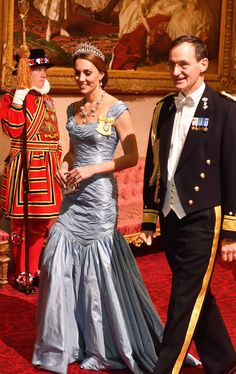 The Best Royal Dresses Ever Worn - Livingly Kate Middleton Outfits, Kate Middleton Queen, Kate Middleton News, Estilo Kate Middleton, Princesa Kate Middleton, Beauty And Fashion, Fashion Mode, Royal Fashion, Style Fashion
