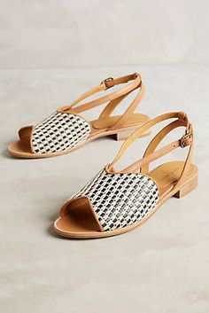 24 Flat sandals To Rock This Winter - Shoes Styles & Design Flat Sandals, Strap Sandals, Wedge Shoes, Shoes Sandals, Shoe Wardrobe, All About Shoes, Style Casual, Clearance Shoes, Pretty Shoes