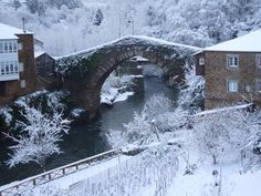 Snowing in Ponte medieval, Navia de Suarna, Lugo, Spain