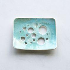 Blase-Löcher-Seifenschale mit Aqua Glasur. Weiße von VanillaKiln