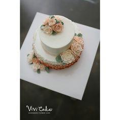 마지막 수업날 만드신 2단케이크 벌써 6월이라니!! #플라워케익 #디자인케이크 #2단케이크 #케이크 #플라워 #치자꽃 #우유버터크림케이크  #비비케이크 #flowercake #flower #cakedesign #cake