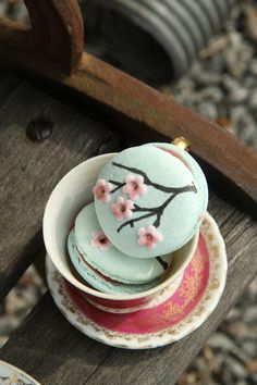 This article is a picture story on 21 macaron pictures that are so cute you'll want to bite into them immediately. This is on the occasion of World Macaron Day which is on 31 May Köstliche Desserts, Dessert Recipes, Spring Desserts, Cute Food, Yummy Food, Macaron Cookies, French Macaroons, Japanese Sweets, Japanese Candy