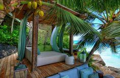 área externa; azul e verde; madeira; cama; coqueiro