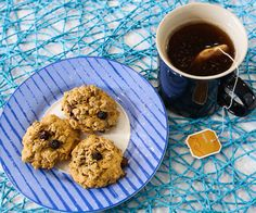 These easy vegan peanut butter granola cookies pass an important test — if a sweet treat is actually healthy, will it still get eaten? Peanut Butter Granola, Crunchy Granola, Vegan Peanut Butter, Vegan Baking Recipes, Delicious Vegan Recipes, Vegan Food, Granola Cookies, Granola Cereal, Cereal Recipes