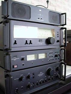 SANSUI. Tuner TU-417 1978-80  Monitor MA-7 Amplificador Integrado AU-717 1977-79 Potência: 2 x 85 RMS, em 8 ohms.