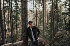men | forrest | trees | portrait | photoshoot | photography | nature | outdoor | sweden | travel