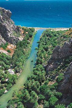 Spiaggia di Preveli Creta ; si trova alla fine della Gola di Kourtaliotikos, vicino alla foce del fiume Megalopotamo, nella provincia di Rethimno, a 35 chilometri dalla città e a 10 chilometri a est di Plakias. Una foresta di palme orla la spiaggia di sabbia chiara e morbida e alcuni ciottoli , [visto]