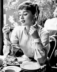 Learn these Audrey Hepburn Smoking Facts and pictures of her smoking . Our charming Audrey Hepburn was a heavy smoker indeed! Audrey Hepburn Smoking, Audrey Hepburn Mode, Audrey Hepburn Photos, Katharine Hepburn, Audrey Hepburn Bangs, Aubrey Hepburn, Golden Age Of Hollywood, Classic Hollywood, Old Hollywood