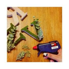 アルファベットオブジェに苔を貼り付ける!イニシャルモスの作り方 | marry[マリー]
