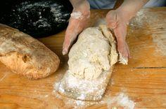 """Lievito Madre. Il segreto del pane buono.  Prendete 90 ml di acqua, 200 g di farina, pochissimo miele, impastate e fate riposare per 2 giorni. Si lavora di nuovo prendendo 100 g dell'impasto e unendo 100 g di farina e 45 ml di acqua. Ripetete l'operazione altre volte nell'arco di 10 giorni. Ogni volta che si prepara il pane se ne prende un pezzo e si rinfresca la """"madre""""."""