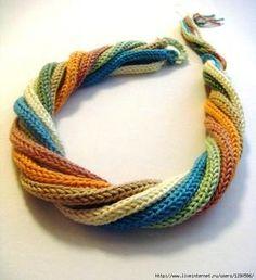 Grappige ketting  van gehaakte strengen.  Ik heb helaas geen beschrijving van deze ketting, maar je kunt op YouTube video filmpje kijken hoe je deze strengen maakt. Tik: Crochet an i-cord. De lengte van de ketting bepaal je natuurlijk zelf.