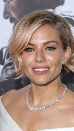 Sienna Miller Short Wavy Cut - Sienna Miller kept it short and chic with this wavy bob at the 'American Sniper' premiere. Short Hairstyles 2015, Side Bangs Hairstyles, Haircuts For Wavy Hair, Hairstyles Haircuts, Bob Haircuts, Mexican Hairstyles, Men's Hairstyle, Funky Hairstyles, Formal Hairstyles