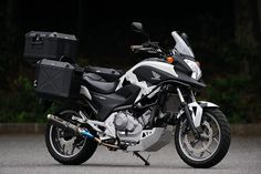 The functionality of the proto Honda NC700X as adventure tourer is increased significantly. This vehicle is also included Lowdown kit, it is also achieved with improved foot. That is mounted muffler is titanium slip-on engineering Nojima.