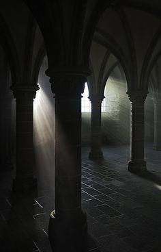 Gothic Aesthetic, Slytherin Aesthetic, Death Aesthetic, Kreative Portraits, Dark Castle, Arte Obscura, Gothic Architecture, Chiaroscuro, Dark Fantasy