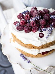 Tort cynamonowy z malinami i lawendą - Cinnamon cake with raspberry and lavender http://kingaparuzel.pl/blog/?p=5089 #foodie