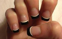 Cómo pintarse las uñas bien: Guía paso a paso, uñas cortas transparentes filo negro blanco.  Más unasdecoradas.club! #diseñouñas #nailsCLUB #uñasdiscretas