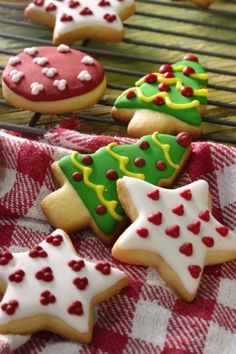 Delicious butter cookies decorated with colored bitumen for Christmas. Secret Tip: To make your cookies last longer, place them in an a. Easy Christmas Cookie Recipes, Christmas Sugar Cookies, Xmas Food, Christmas Cupcakes, Christmas Cooking, Christmas Themes, Butter Cookies Tin, No Bake Sugar Cookies, Cake Cookies