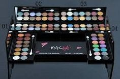 Christmas Mac makeup should match the most amazing time of year. Check our list to inspire yourself!