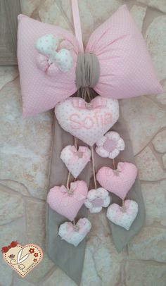 le creazioni di antonella: FIOCCO NASCITA CON TANTI CUORI E FIORI, SUI TONI DEL CORDA E DEL ROSA.. Baby Sewing Projects, Sewing For Kids, Sewing Crafts, Diy Crafts To Sell, Diy Crafts For Kids, Idee Baby Shower, Baby Shawer, Baby Mobile, Baby Room Decor