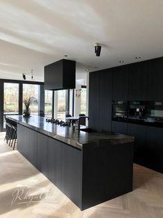 Black Kitchen Cabinets, Farmhouse Kitchen Cabinets, Modern Farmhouse Kitchens, Kitchen Cabinet Design, Black Kitchens, Home Kitchens, Kitchen Black, Chalet Modern, Minimalist Kitchen
